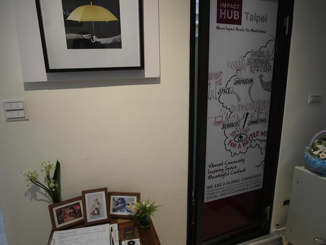 香港雨傘運動!下面是島國前進的名片與公投連署書@Waffle Please比利時列日鬆餅大安店