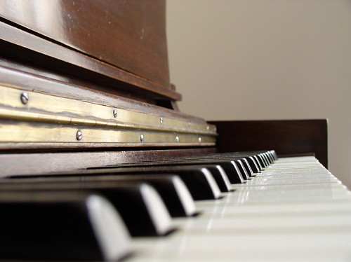 Image of the keyboard on a piano.