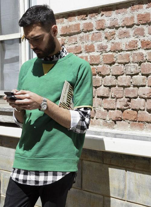 グリーン半袖トレーナー×黒白チェックシャツ