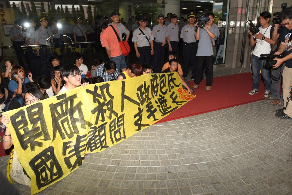 聲援群眾抗議北市警局濫權逮捕,至台北市議會靜坐等待市長柯文哲出面給予交代。 (攝影:宋小海)