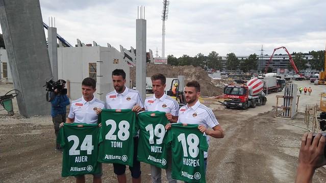 Stephan Auer, Tomi, Stefan Nutz und Philipp Huspek mit ihren neuen Dressen