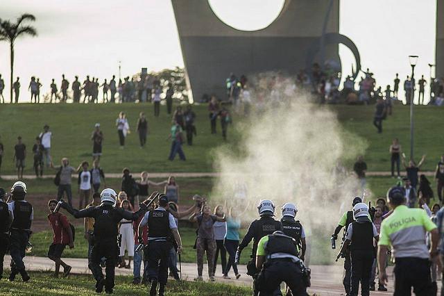 Los manifestantes se quejan de la falta de acceso a los alrededores del Congreso Nacional, que fue bloqueado durante todo el día - Créditos:  Mídia Ninja