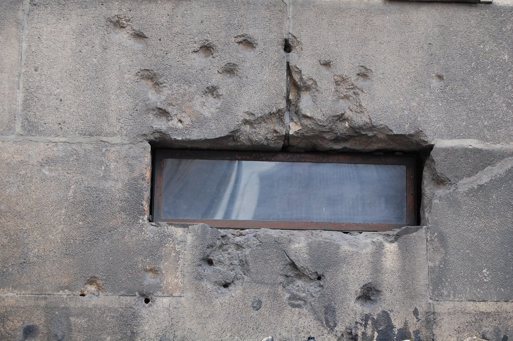 Detalle de los tiros en la pared de la iglesia de San Cirilo