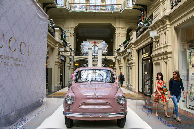 Cute classic Russian car displayed in GUM, Moscow, Russia モスクワ、グム百貨店に展示されていたレトロなロシア車