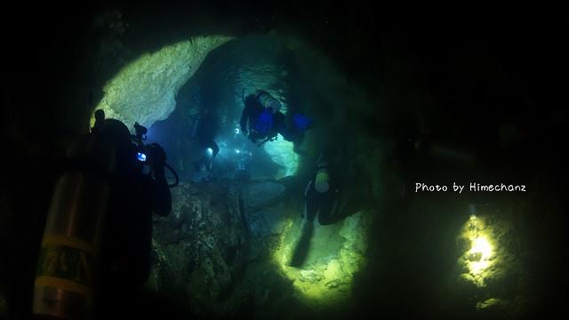 真っ暗な洞窟。みんなのライトの光が頼りです♪