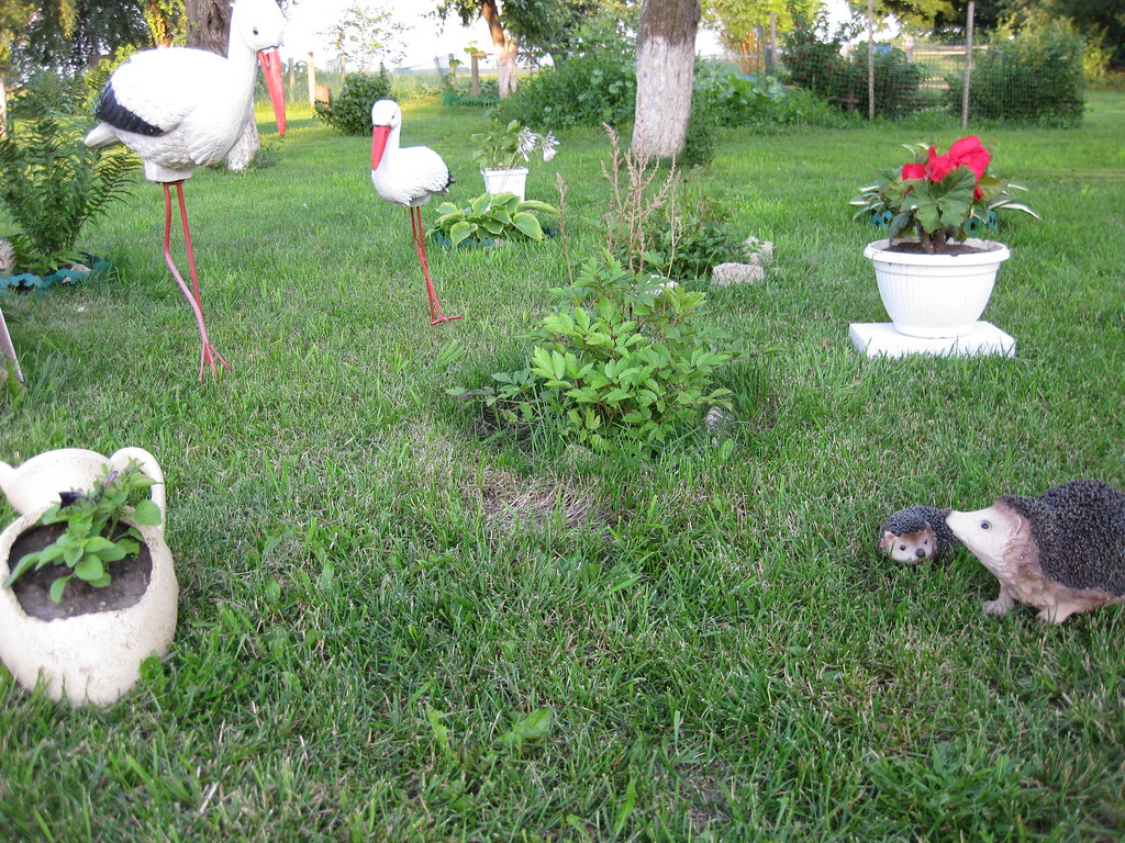 Садовые фигурки. В саду