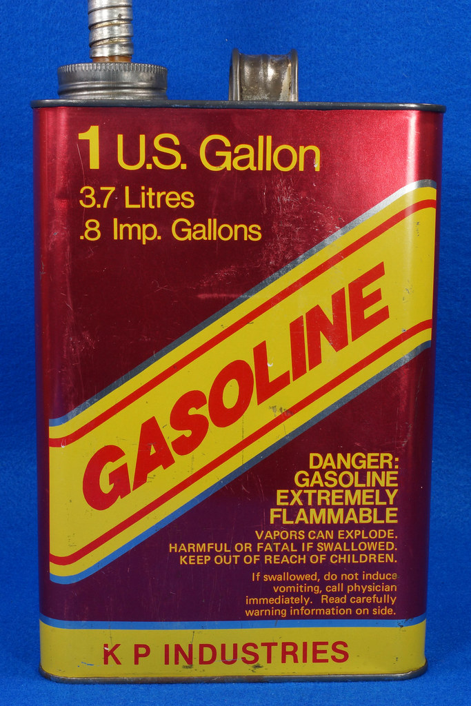 RD14421 Vintage K P Industries 1 Gallon Vented Metal Gasoline Can with Original Flexible Metal Spout DSC07996