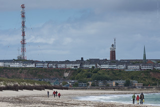 Billede af Südstrand. houses light sea people lighthouse tower water architecture buildings germany walking island seaside guidance sony sigma schleswigholstein helgoland northernsea transmissiontower sigmaapo70200mmf28exdghsm heligoland sonyalphadslr sonyalphaa77v
