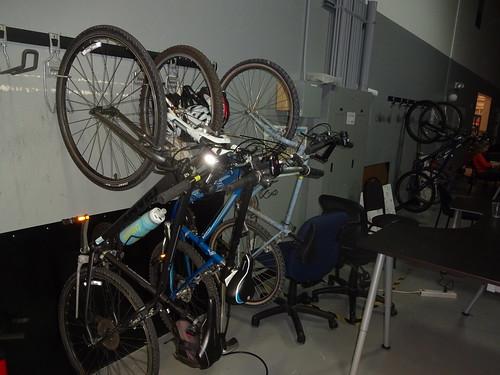 Cyklar på väggen på Hacker Dojo i Mountain View