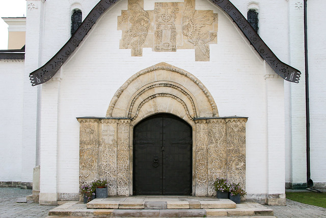 Carved doorway of Marfo-Mariinsky Convent, Moscow, Russia モスクワ、彫刻が施されたマルフォ・マリンスカヤ修道院ファサード
