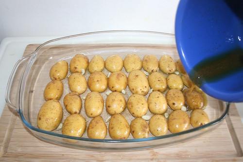 18 - Restliches Öl über Kartoffeln geben / Drain remaining oil over potatoes