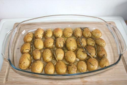 34 - Rosmarinkartoffeln aus Ofen entnehmen / Take rosemary potatoes out of oven