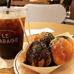 tako-nuts(doughnuts that look like takoyaki & glazed with a black sesame sauce) & iced coffee while catching up with @cycling_walking_eating_talking #latergram #legarage #lucua1100
