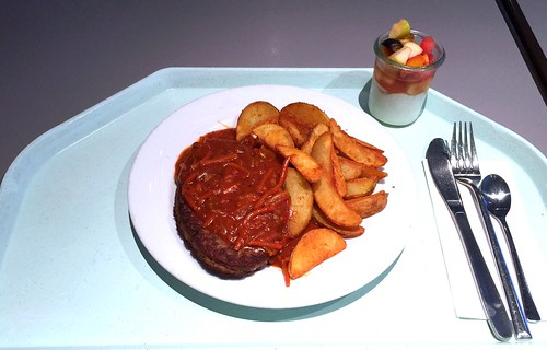 Beef salisbury steak with country potatoes / Rinderhacksteak mit Gemüsesalsa & country potatoes