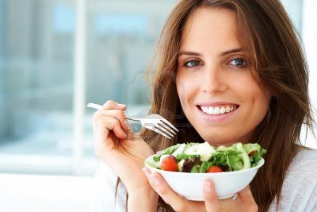 mujer comiendo comidas con harina