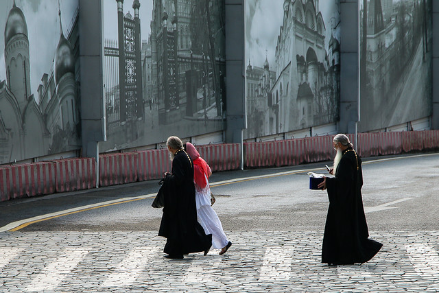 Priests walking on the street with a follower, Moscow, Russia モスクワ、道を渡るロシア正教聖職者たち