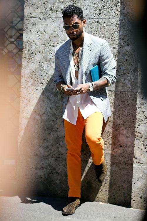グレーテーラードジャケット×オレンジカラーパンツ×ヒョウ柄ブーツ