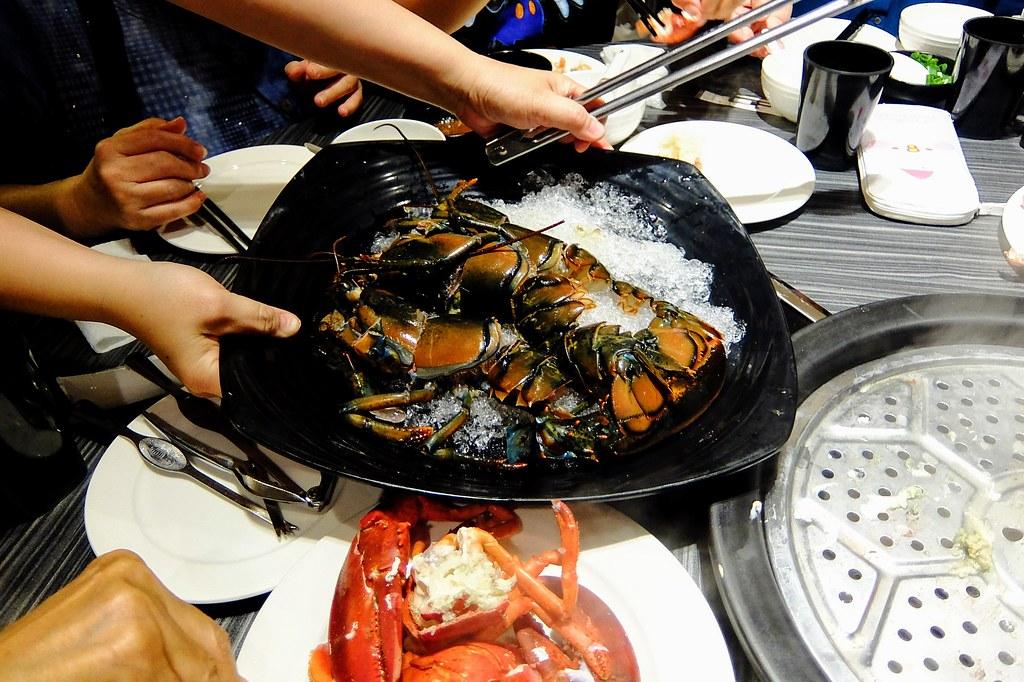 波士頓龍蝦啊! 一樣也是二大盤,很肥厚的龍蝦現切,放在鍋上還在掙扎中...