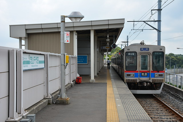 芝山千代田駅に停車する京成電車