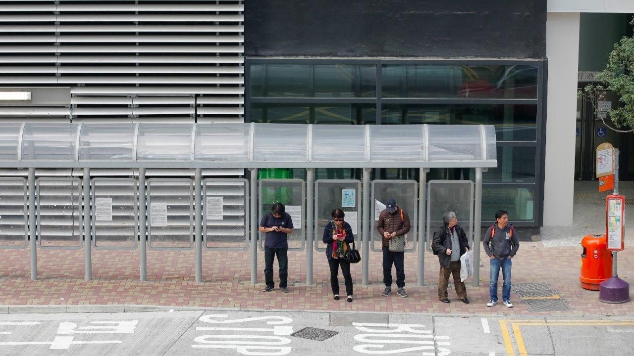 香港巴士站的資訊提供設備仍很落後。(資料圖片)