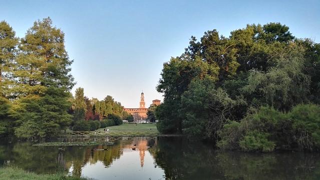 Teich im Parco Sempione mit dem Castello Sforzesco