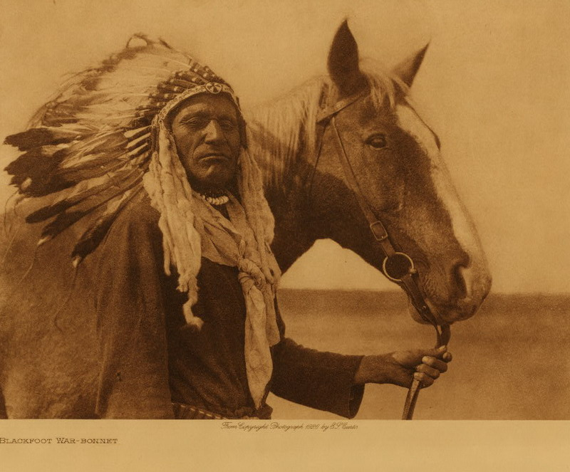 Old warrior blackfoot war bonnet1