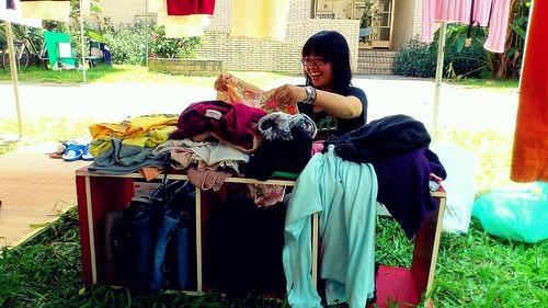 有同學在「你丟我撿」找到喜歡的衣服,難掩喜悅。圖片提供:呂帥鋒。