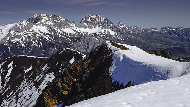 The Range. El Macizo de las Ubiñas. Al fondo las dos Ubiñas (La Grande y la Pequeña), y los Fontanes así como el Pico Prau y Colines.