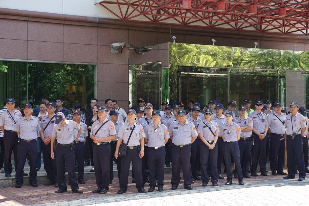 元太科技外有大量警方駐守。(攝影:王顥中)