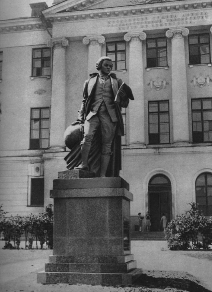 Памятник М.В. Ломоносову работы С.Д. Меркурова. Фотография 1945 года