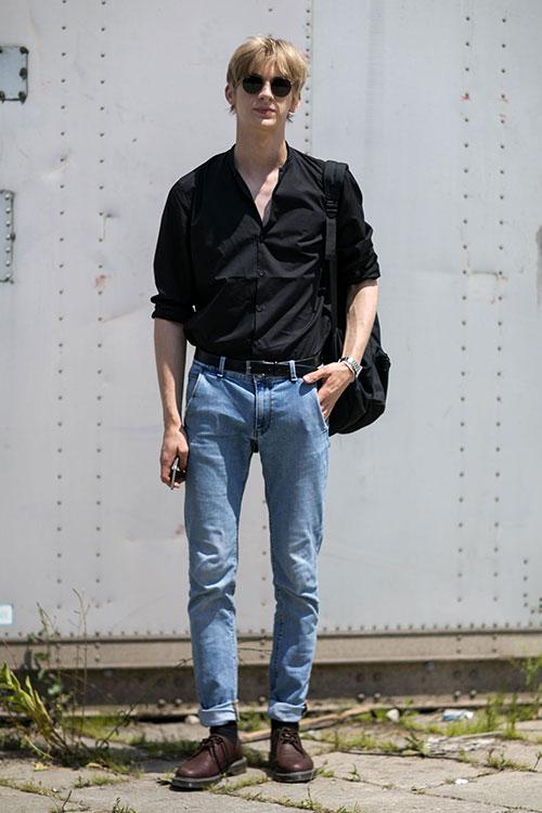 黒シャツ×ジーンズ×茶ダービーシューズ