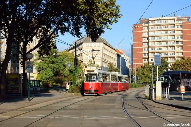 Wien (A), 05.10.16, E2 4076 + c5 1476 auf Linie 1 am Schwedenplatz