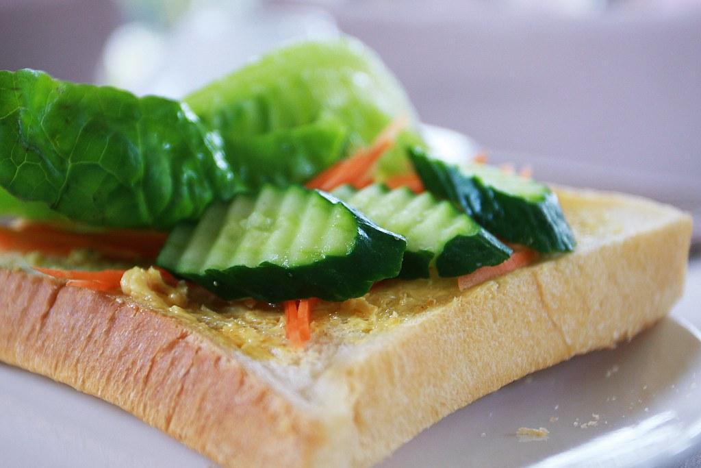 早餐都是自己來的,我自己就考個蒜泥麵包,上頭放生菜...