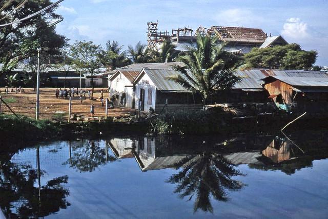 SAIGON 1966 - Trường Tiểu học Sao Mai - Chùa Vĩnh Nghiêm đang xây dựng - by BJ Crooks