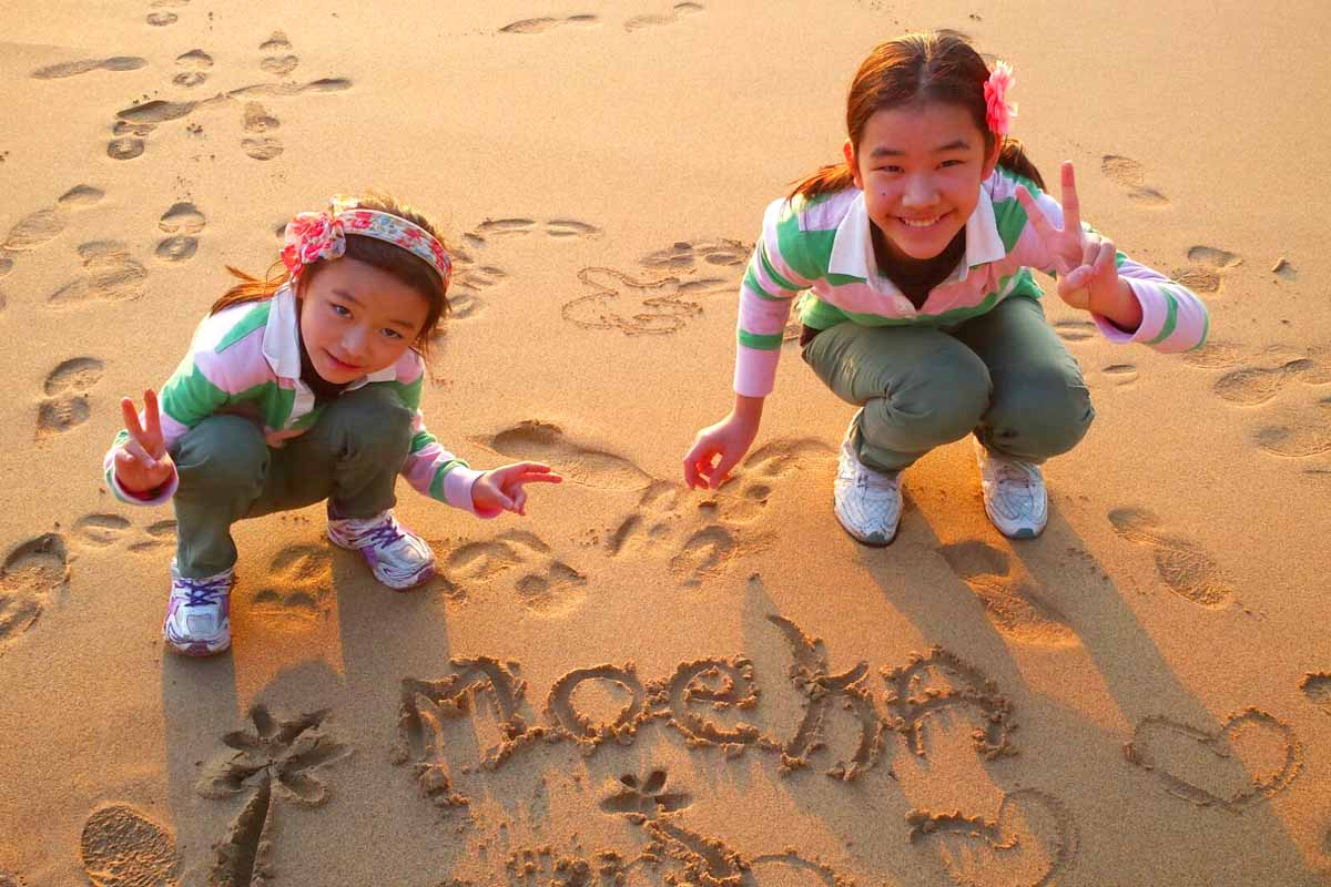 ハプナビーチの夕陽と2人の女の子