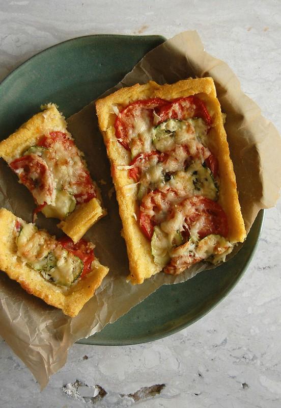 Stripy courgette, tomato and polenta tart / Torta de polenta, tomate e abobrinha