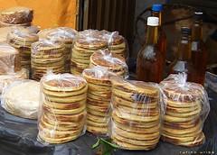 arepas de trigo y miel de abeja...también veo queso ahumado