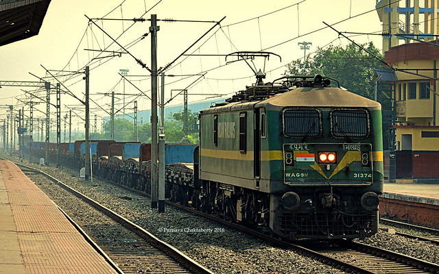 Indian Railways : Green goblin in action ! Pulls into loop for overtakes with long freight !