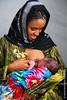 Kadijah Sayed allatta suo figlio al seno