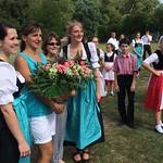 Blumen für Helga Ebner und Angela Schmidt für die Leitung der Erdbeertanzgruppe, die nun von Melanie Müller (links) und Bianca Göpfrich (rechts) übernommen wird.