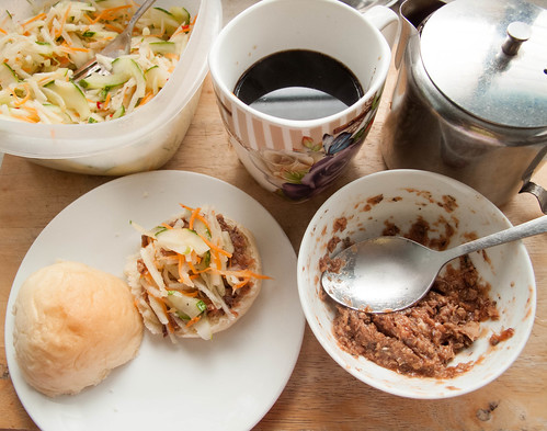 024 Breakfast : sardine buns + salad