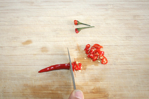 14 - Chilis in Ringe schneiden / Cut chilis in rings