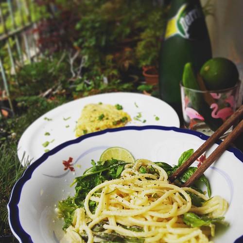 自製綠色與淡黃色假日午餐 ,充滿微酸清爽的飽足風味 :檸檬羅勒直麵 lomon & basil spaghetti , 切達乳酪與豌豆歐姆蛋 cheddar & pea omelette , 沛綠雅氣泡水 Perrier 小黃瓜 cucumber #lunch #spaghetti #omelette #food