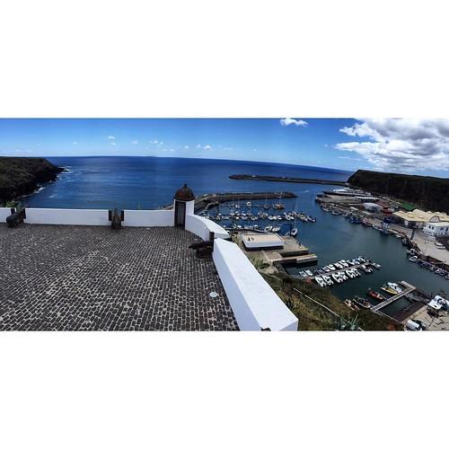 Форт и марина остова Santa Maria Azores - именно в этой бухте останавливался для отдыха Колумб по возвращении с Южной Америки.   #Azores #Atlantic #yachtschool #sailing #sailingschool #yacht #yachting #яхтдрим #яхтинг #яхтклуб #yachtlife #яхты