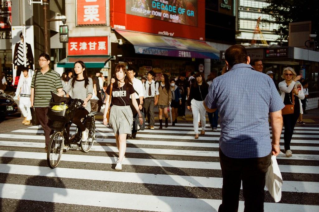 渋谷 Tokyo, Japan / Kodak ColorPlus / Nikon FM2 後來在渋谷的路口玩一個小小的實驗,就是拿這相機保持拍照的狀態。綠燈亮後與過往的人群交會,然後隨意的按下快門,看看能拍的什麼特別的畫面。  但這張有點忘記是隨意還是刻意了。  Nikon FM2 Nikon AI AF Nikkor 35mm F/2D Kodak ColorPlus ISO200 0997-0023 2015/10/02 Photo by Toomore