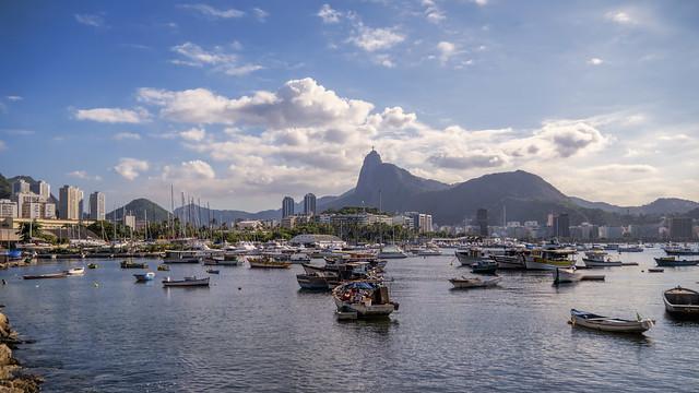 Enseada de Botafogo com  Cristo Redentor sobre o Corcovado... Rio de Janeiro, Brasil.