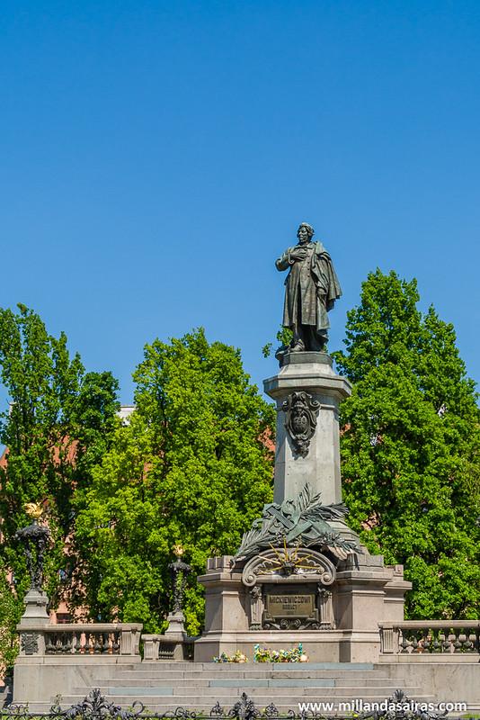 Estatua de Adam Mickiewicz, poeta polaco