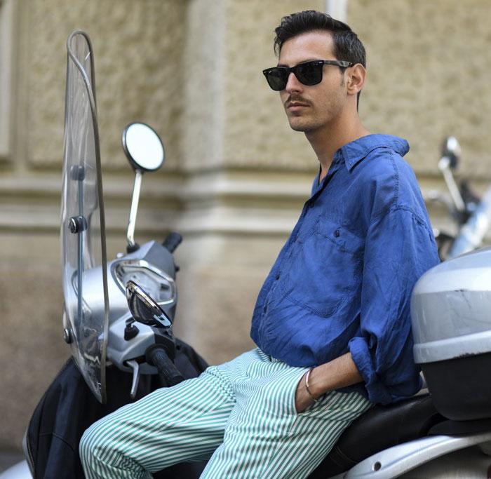 青シャツ×緑白ストライプパンツ