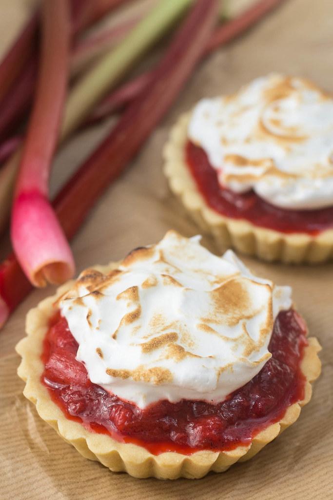 Jordbær-rabarbertærter med marengs (6)
