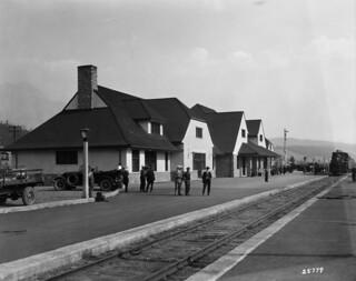 Canadian National Railways (CNR) totem pole description no. 2, Jasper Lodge / Mât totémique à une gare de la société Canadian National Railways, Jasper Lodge